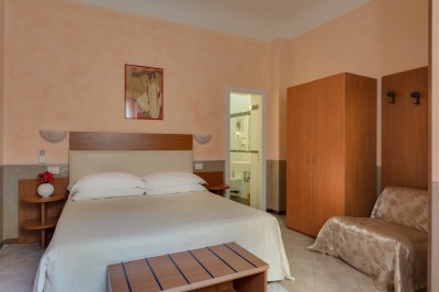 Deluxe double with private facilities (bath and shower)