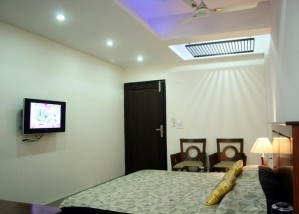 Deluxe single with private facilities (bath and shower)