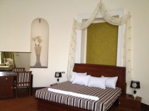 2 person extra large 1 room suite with city view, king bed, and private facilities