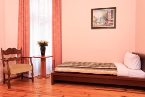 Comfort single with city view, private facilities, and breakfast