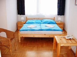 Standard single with queen bed, private facilities (shower), and breakfast
