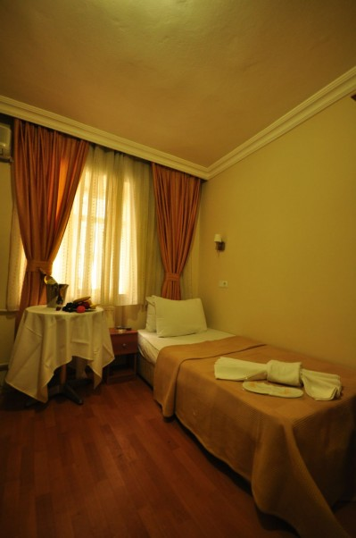 Basic single with private facilities (bath and shower), and breakfast