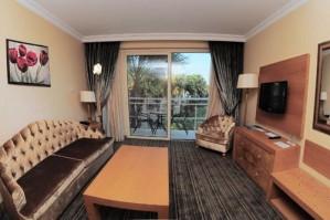 Luxus 2 Personen und ein Kind Suite mit Poolblick, Balkon, und privates Badezimmer (Dusche)