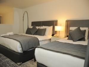 Extra gro� Dreibettzimmer mit Poolblick, Balkon, und private Dusche, gemeinschaftlich genutzte Toiletten