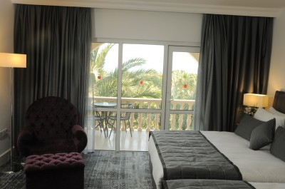 Luxus und ein Kind Doppelzimmer oder Zweibettzimmer mit Poolblick, französisches Bett, und private Dusche, gemeinschaftlich genutzte Toiletten
